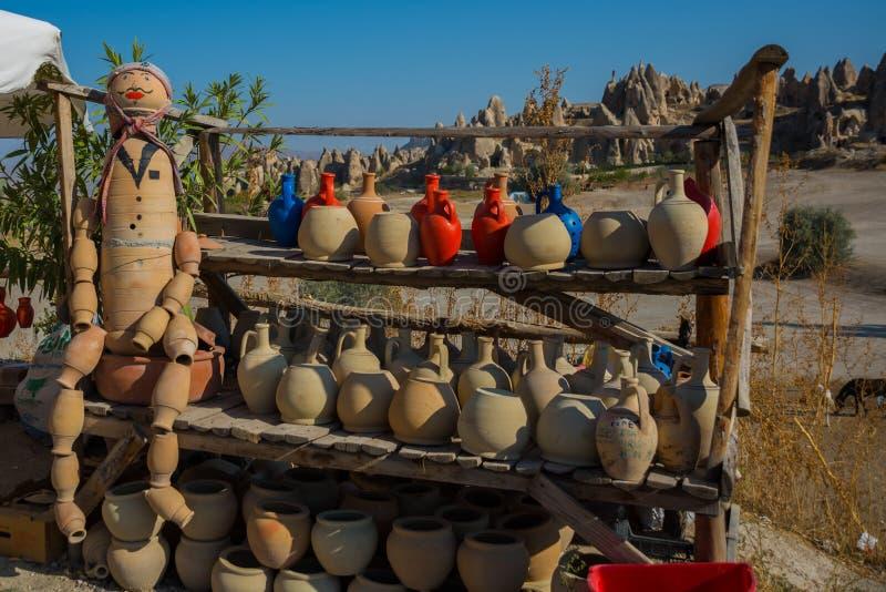 Potes en el estante, venta de los recuerdos turcos tradicionales Goreme, Cappadocia, Anatolia, Turquía imagen de archivo libre de regalías