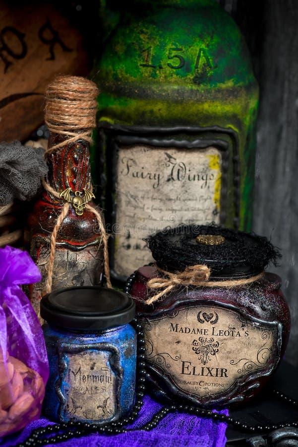 Potes para hacer pociones en el almacén del ` s de la bruja foto de archivo libre de regalías