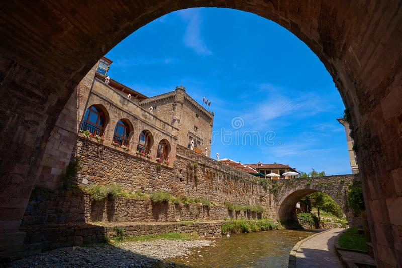 Potes rzeczny Quiviesa Deva Cantabria wioska Hiszpania zdjęcia stock