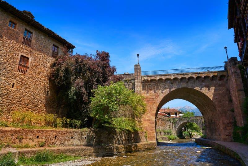 Potes rzeczny Quiviesa Deva Cantabria wioska Hiszpania fotografia stock