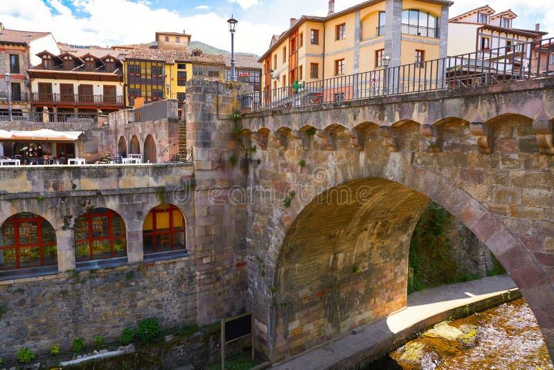 Potes rzeczny Quiviesa Deva Cantabria wioska Hiszpania zdjęcia royalty free
