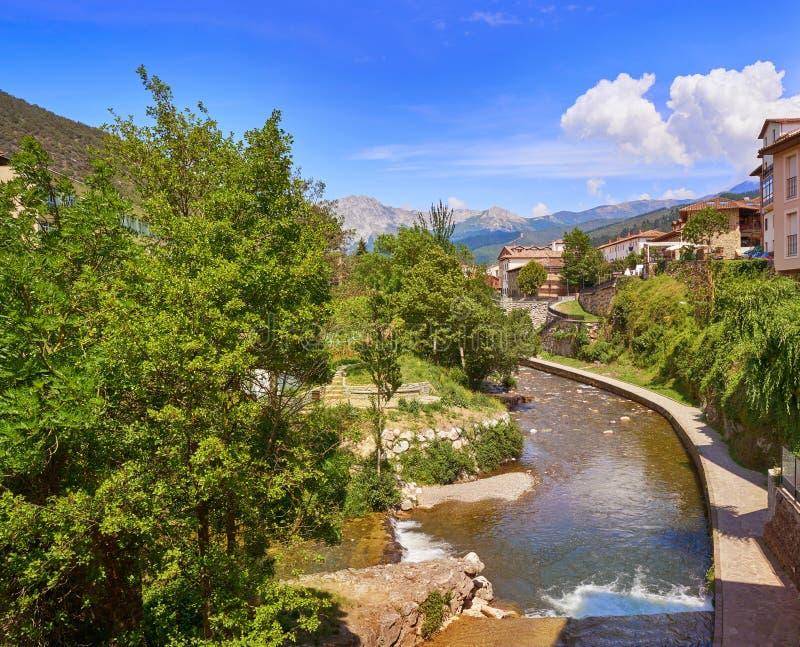 Potes rzeczny Quiviesa Deva Cantabria wioska Hiszpania obrazy royalty free