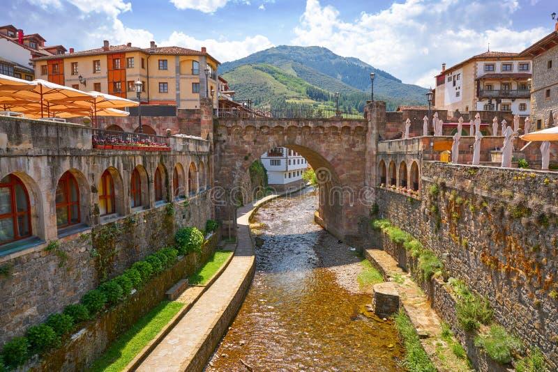 Potes rzeczny Quiviesa Deva Cantabria wioska Hiszpania obraz stock
