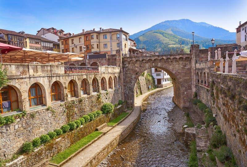 Potes rzeczny Quiviesa Deva Cantabria wioska Hiszpania zdjęcie royalty free