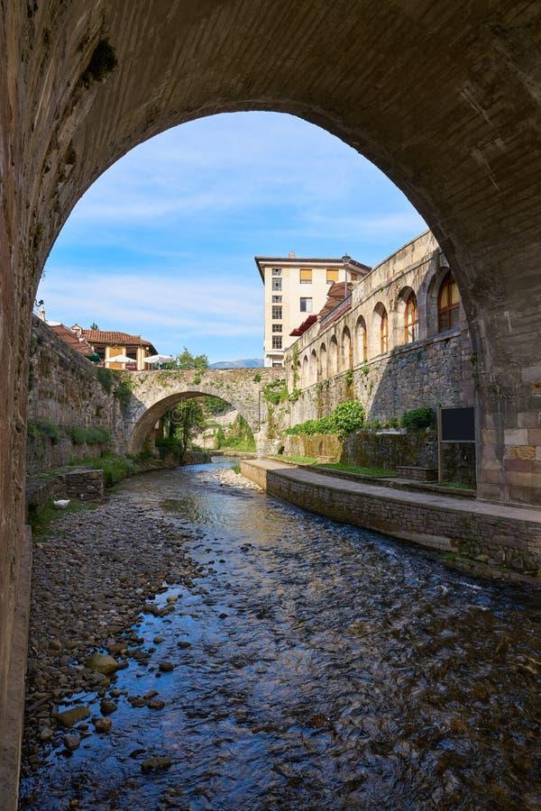 Potes rzeczny Quiviesa Deva Cantabria wioska Hiszpania obrazy stock