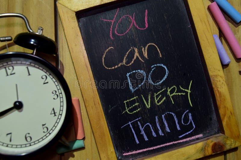 Potete fare Everthing su scritto a mano variopinto di frase sulla lavagna fotografia stock libera da diritti