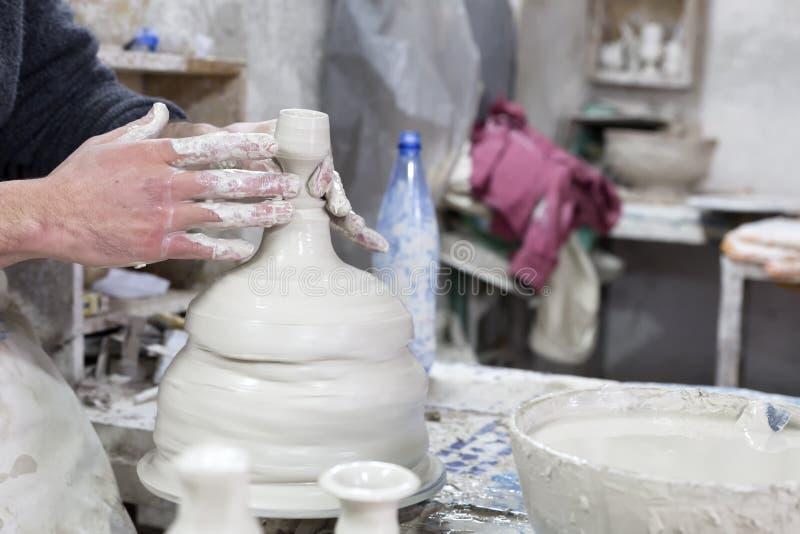 Potier au travail dans une poterie photo libre de droits