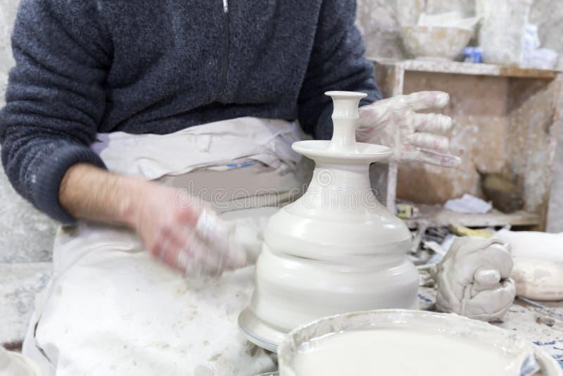 Potier au travail dans une poterie image stock