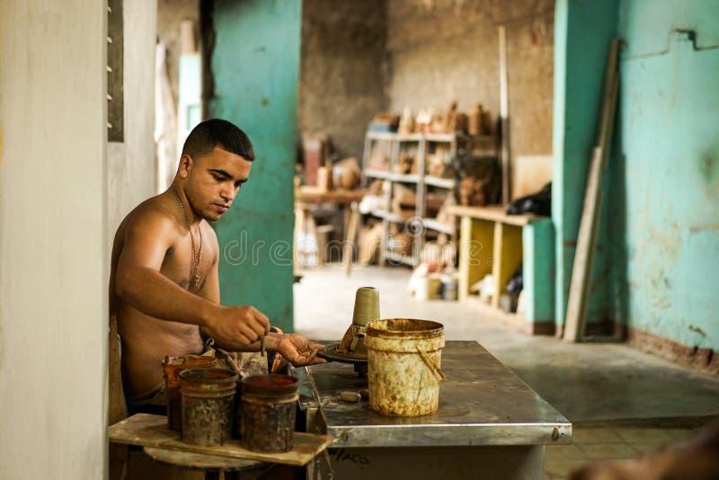 Potier cubain et le sien travail image stock