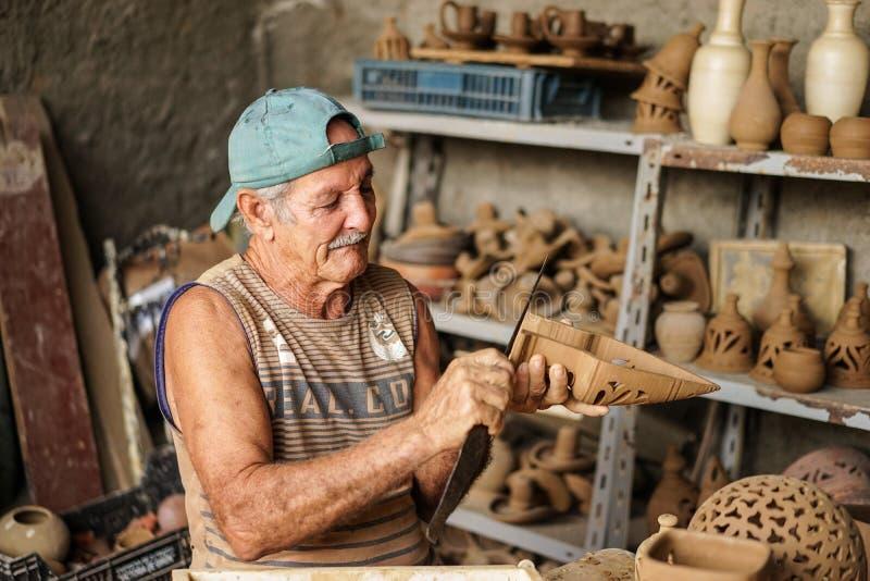 Potier cubain et le sien travail images stock