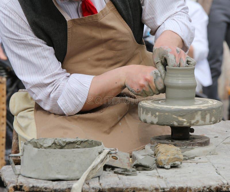 Potier d'artisan formant l'argile pour rendre un beau vase fait main image libre de droits