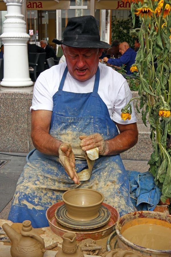 Potier faisant le pot en céramique images stock