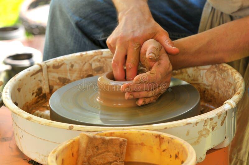 Potier faisant un pot photo stock