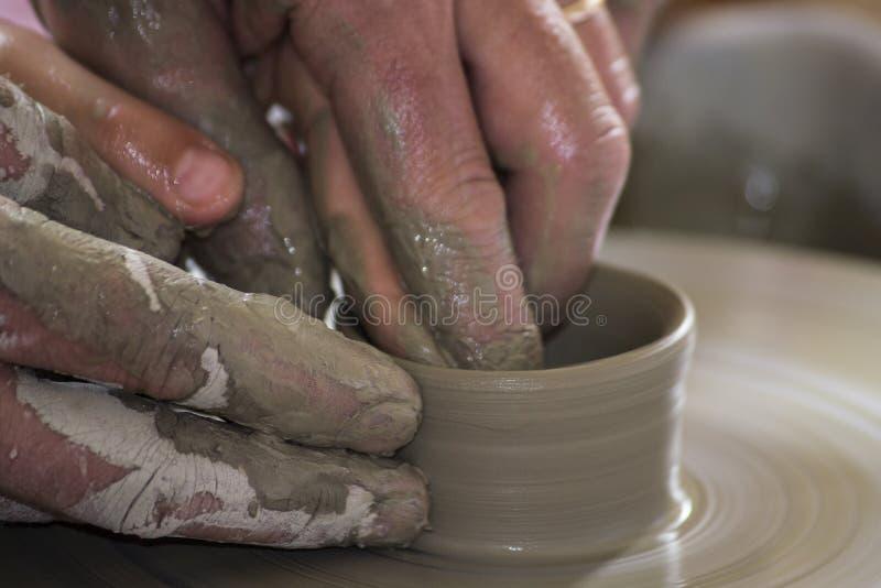 Potier formant un plat en céramique photo stock