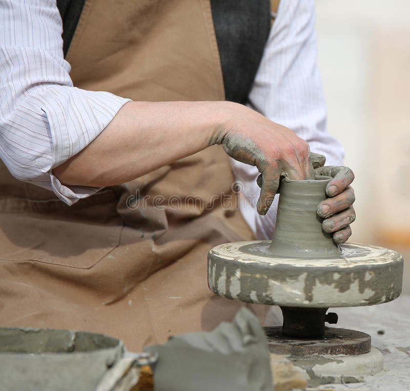 Potier qualifié d'artisan formant l'argile images stock