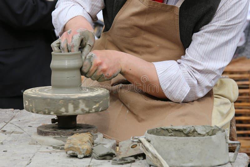 Potier qualifié d'artisan formant l'argile pour rendre un vase fait main image libre de droits