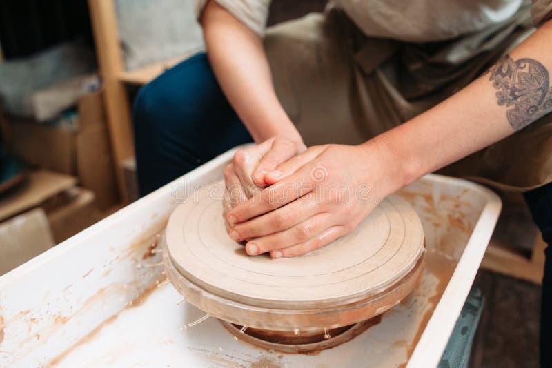 Potier travaillant au plan rapproché de roue de potiers image stock