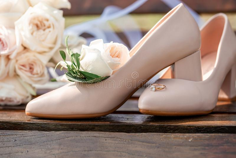Potion de bouquet nuptial avec chaussures et anneaux de mariage fond du thème de mariage photo libre de droits
