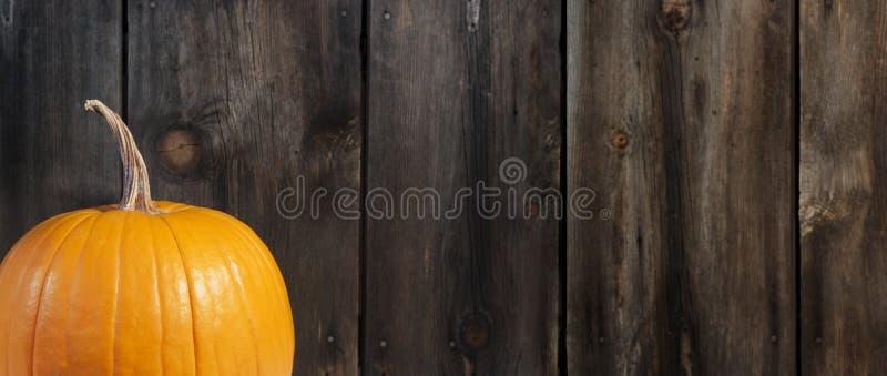 Potiron avec le fond en bois rustique images libres de droits