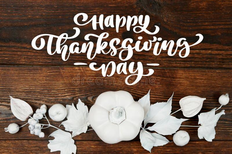 Potiron, baies et feuilles blancs sur un fond en bois d'automne avec le jour heureux de thanksgiving des textes Carte de voeux de images stock