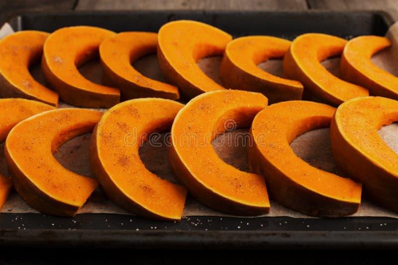 Potiron cuit au four sur une plaque de cuisson, prête à cuire image libre de droits