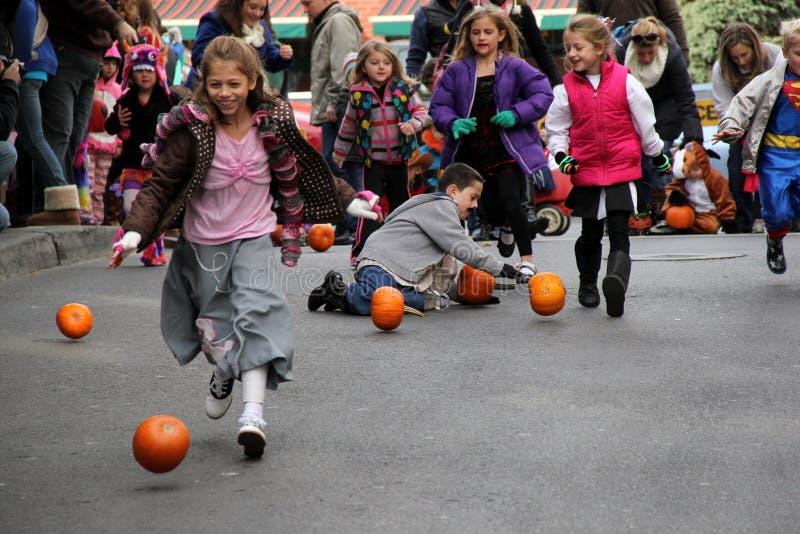 Potiron d'enfants roulant en bas de Caroline Street, Saratoga Springs, New York, octobre 2013 images libres de droits