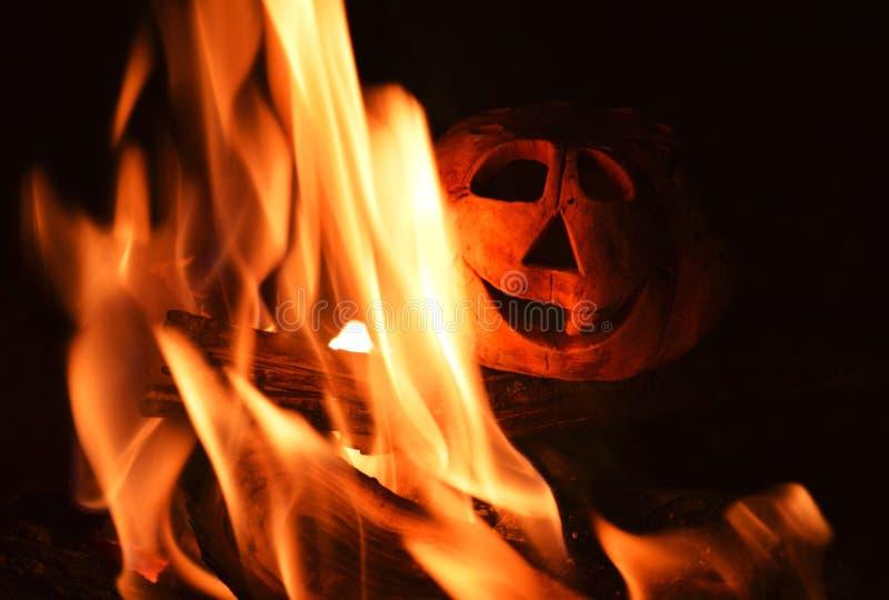 Potiron de chandelier et un feu dans l'obscurité, symbole de Halloween photo libre de droits