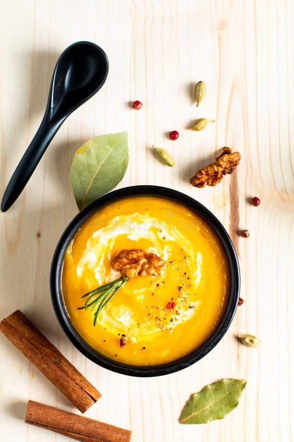 Potiron de concept de nourriture d'hiver d'automne ou soupe à butternut en BO noire photo stock