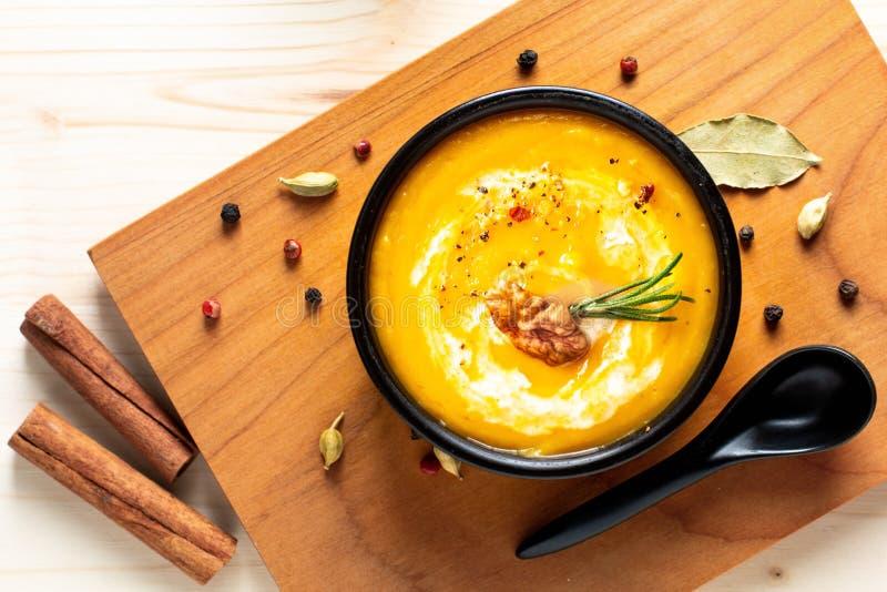 Potiron de concept de nourriture d'hiver d'automne ou soupe à butternut en BO noire image libre de droits