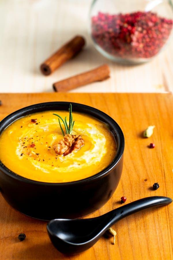 Potiron de concept de nourriture d'hiver d'automne ou soupe à butternut en BO noire image stock