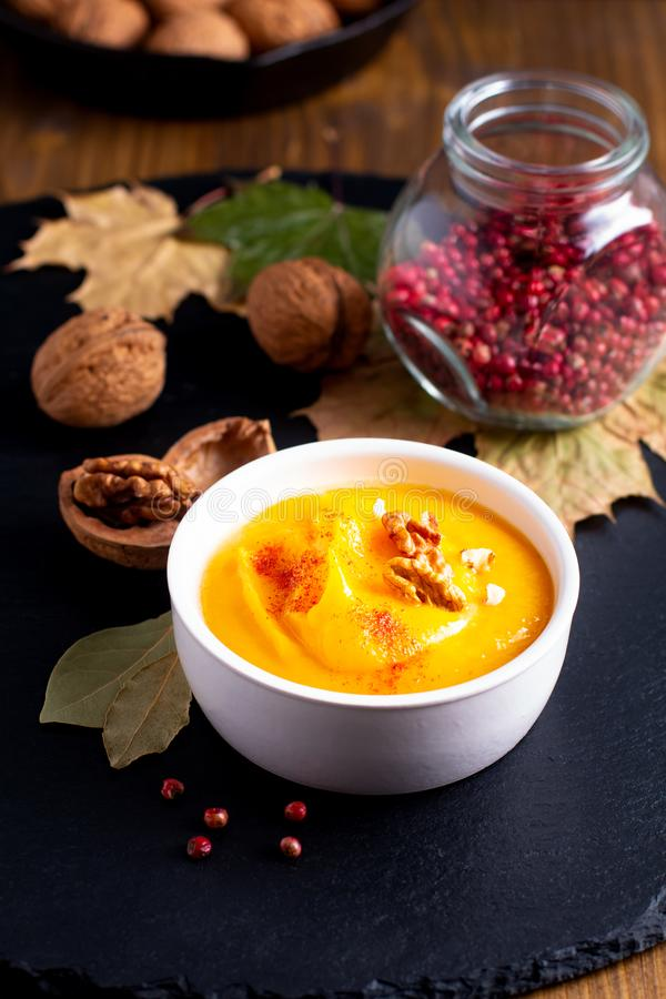 Potiron de concept de nourriture d'hiver d'automne ou soupe à butternut sur le SL noir photo stock