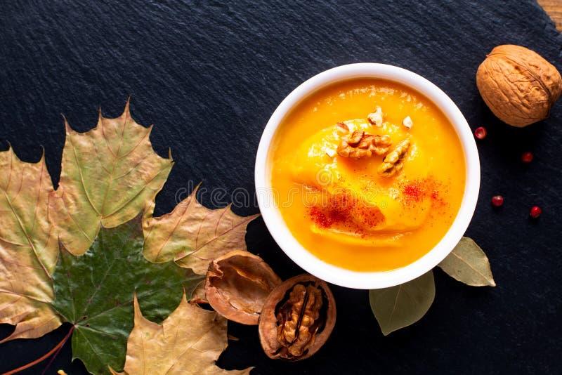 Potiron de concept de nourriture d'hiver d'automne ou soupe à butternut sur le SL noir image libre de droits