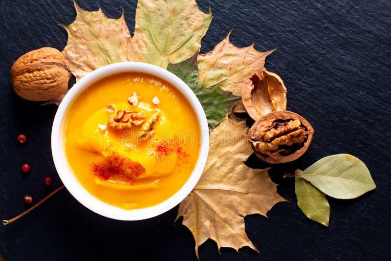 Potiron de concept de nourriture d'hiver d'automne ou soupe à butternut sur le SL noir images libres de droits