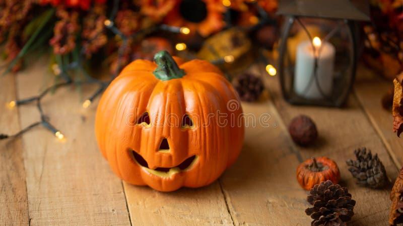 Potiron de Halloween avec des feuilles et des cônes de pin et éléments de décor sur une vieille table en bois Vue de ci-avant cad photos libres de droits