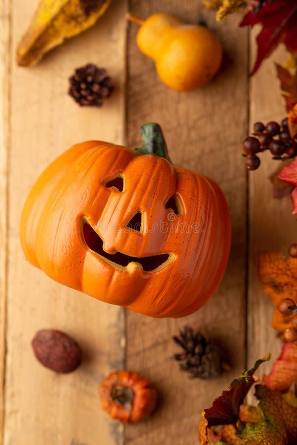 Potiron de Halloween avec des feuilles et des cônes de pin et éléments de décor sur une vieille table en bois Vue de ci-avant Cad photo stock