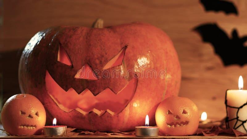 Potiron de Halloween avec le visage effrayant sur le fond noir image stock
