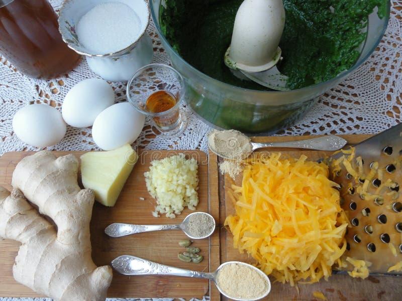 Potiron de tarte d'orties avec greenary photos libres de droits