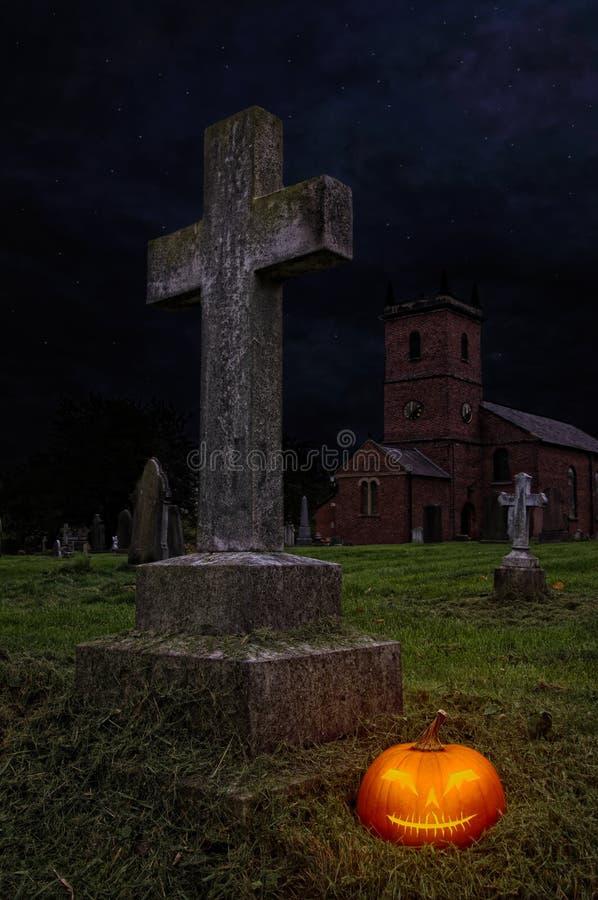 Potiron de Veille de la toussaint dans le cimetière images libres de droits
