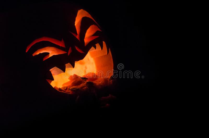 Potiron effrayant de Halloween sur le fond noir photos libres de droits