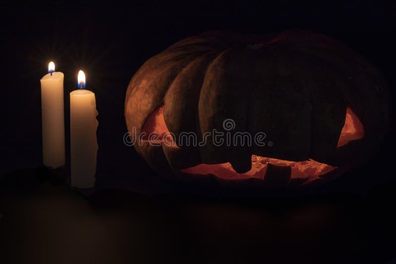 Potiron et bougie de Halloween sur le fond foncé Calibre de bannière de la veille de Halloween Potiron découpé avec le visage ram image libre de droits