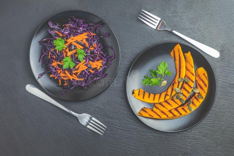 Potiron et salade grillés de chou et de carottes pourpres sur la surface de blackstone photos stock