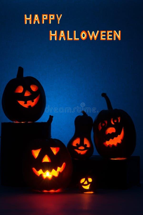 Potiron heureux de Halloween avec un chandelier, visage drôle de visage sur un fond bleu image stock