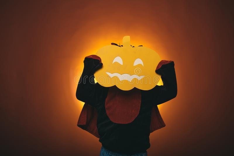 Potiron magique Lumières découpées de potiron et de magie Week-ends heureux de Halloween Concept de vacances de Halloween Visages photographie stock libre de droits