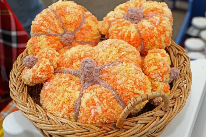 Potiron organique vacances pour de Halloween et de thanksgiving jour dans le bashket tricoté Pile de courge fraîche pour le fond  photographie stock libre de droits