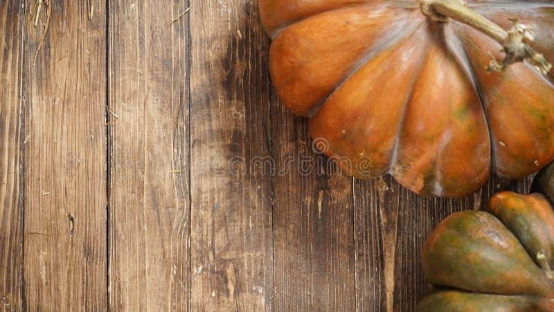 Potiron sur le fond en bois, avec l'espace de texte libre photos libres de droits