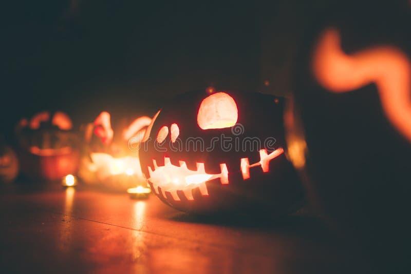 Potirons de Ghost Halloween ead Jack sur le fond foncé Décorations d'intérieur de vacances photographie stock
