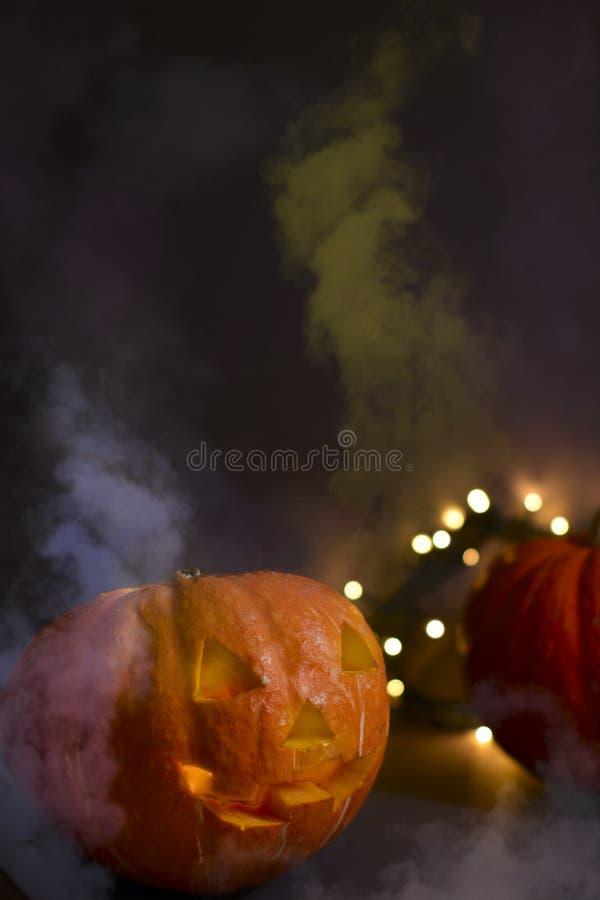 Potirons de Halloween de lanterne de Jack O, bougies brûlantes Symbole de Veille de la toussaint photo stock