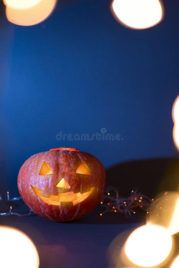 Potirons de Halloween de lanterne de Jack O, bougies brûlantes Symbole de Veille de la toussaint photographie stock