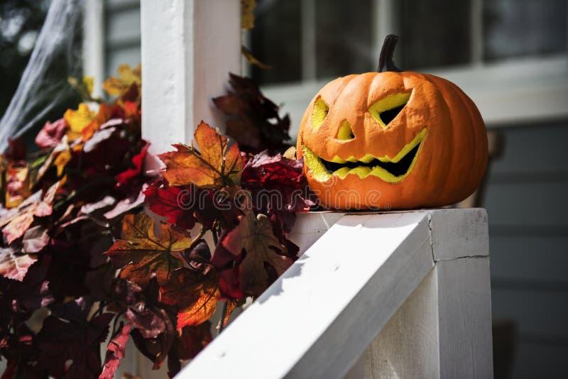 Potirons et décorations de Halloween en dehors d'une maison photos stock