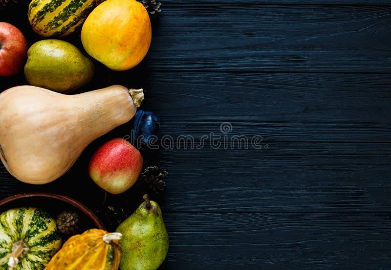 Potirons, poires, prunes, pommes sur la table en bois noire, vue supérieure, l'espace libre pour le texte Composition de jour de  photo stock